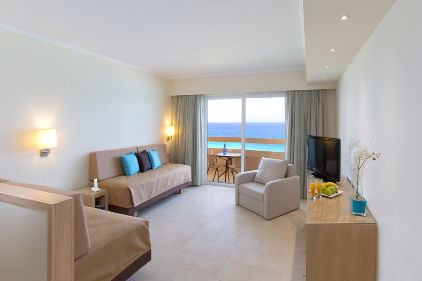 02_deluxe_suite-sea_view_apartment_living_room_sun_beach_resort